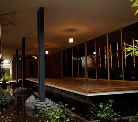 """<h2>Ejemplo de arquitectura moderna: diseño de vanguardia y concepto minimalista</h2> <p>Las imponentes dimensiones de la residencia Yarur Bascuñán generan espacios de gran amplitud. Los grandes ventanales privilegian la iluminación y vista panorámica, sus amplias puertas, fabricadas en madera de encina, crean un ambiente cálido y moderno. La construcción está inserta en un parque de 13.770 metros cuadrados, compuesto por árboles y plantas de especies nativas y exóticas. En el jardín, diseñado por el destacado paisajista chileno-japonés, Luis Nakagawa, se puede apreciar el aspecto meditativo inspirado en los jardines orientales tradicionales.</p> <p>La decoración interior de la casa estuvo a cargo de Mario Matta Echaurren (1913-1973), hermano del pintor Roberto Matta, quien en su momento afirmó que """"el espacio y distribución de esta residencia era un acierto arquitectónico"""". La creatividad y originalidad de este destacado decorador quedó plasmada en los numerosos muebles que diseñó en forma especial para esta casa. Sus ideas se unieron al inconfundible estilo de Luis Valdés Freire (1903-1986), quien fue el encargado de fabricar la mayoría de los muebles. La posterior incorporación de objetos y antigüedades de diferentes culturas dieron el toque final y personal a esta obra arquitectónica.</p> <p>La casa fue sometida a un proceso de restauración que se extendió por ocho años, para poder contar con los estándares internacionales necesarios para emplazar un museo y, al mismo tiempo, para preservar sus pinturas, papeles murales y accesorios originales. Varias de las habitaciones de la residencia se encuentran permanentemente abiertas al público para su exhibición.</p>"""